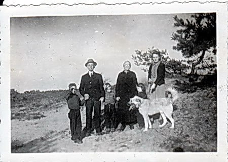 Hindrik en Harmke de Jager met dochter Antje en de drie kleinkinderen, ergens in Noord-Drenthe. Johan Schuurman zat toen waarschijnlijk al in Australië.