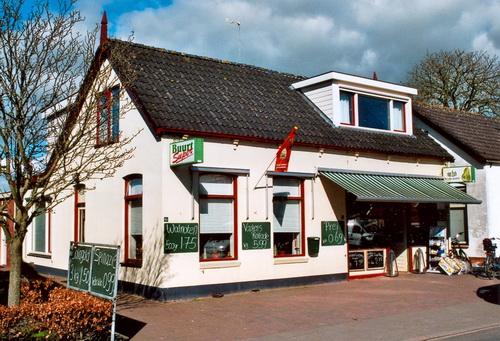 """Buurtsuper Van Esch in april 2007. Dit is het pand waarin tot ongeveer halverwege de vorige eeuw de Wasscherij """"De Meeuw"""" was gevestigd"""