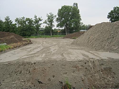 Op het vroegere weidegebied van Sip van der Veen is het nieuwe tracé van een forse zandlaag voorzien. En er komt nog meer bij, getuige de zandbult rechts....