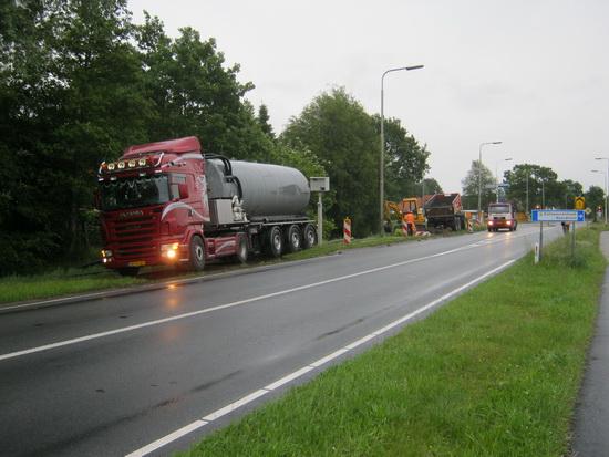 Aan de stille kant van de N355, achter de Langestraathuizen van o.a. Lammert Drijfhout, is ook een boorgat met modderproductie ontwikkeld. De werkzaamheden in de voortdurende regen gaan zelfs door tot de duisternis van de donderdagavond....
