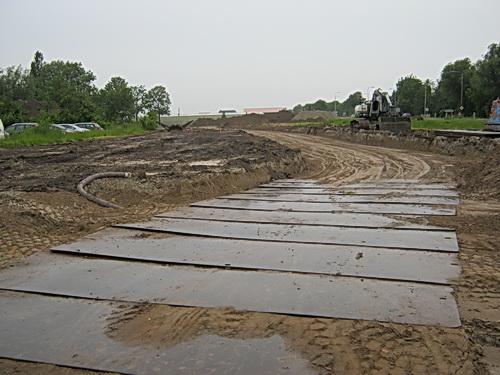 Het terrein van de verdwenen garage (+ woonhuis) Boersma, later Freddy van der Veen. Natte rijplaten en een nieuwe weg in ontwikkeling.