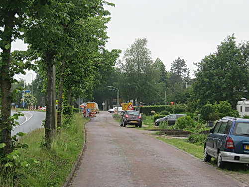 Kijk eens, de parallelweg (hier van zuid naar noord) is aan de bomenkant leeg... Werkzaamheden afgerond? Of weekeinde en vanaf maandag weer volop drukte?