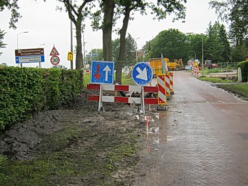 Het boorgat aan de parallelweg is afgezet, voorzien van borden, rechts passeren a.u.b. Tja....