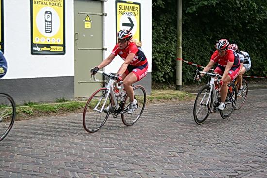 Danielle en Eyeleen Bekkering, controlerend, ook in de 3e Ronde van Noordhorn (2008), in het rode DSB-shirt........