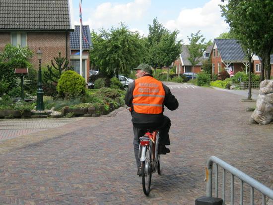 Organisator Digna Achterhof kan rekenen op een enthousiast ondersteunende vrijwilligersgroep. Wegcaptain van die vrijwilligers is fietsfan van professie Klaas de Vries. Hij houdt alles goed in 't oog! (Foto uit 2011)