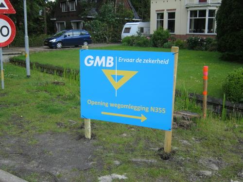 Wat doet dit bord daar nu nog steeds? Achterhaald.... En elders is al GMB-reclame zat! Bovendien, dit dorpsgedeelte is vergeven van de borden etc. Onrust!