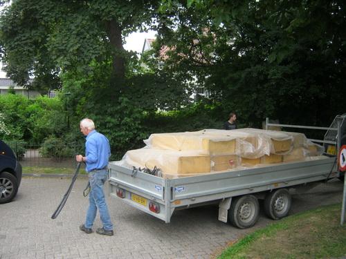Haas, een van de ervaren vrijwilligers, is met een wagen vol schuimrubberblokken op stap, samen met Jelte de Vries, ook geen groentje in het wielergebeuren.