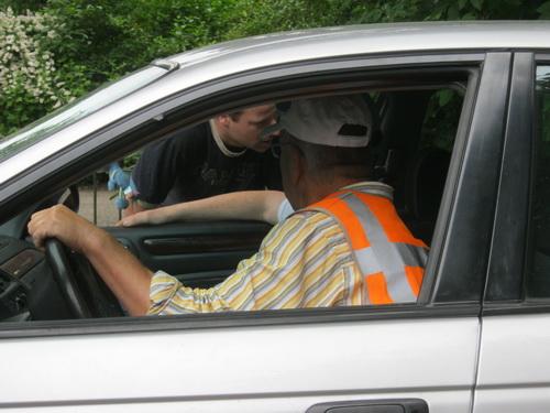 Werkoverleg met de passerende Ginus van der Velde, als vrijwilliger iemand met een grote staat van dienst!
