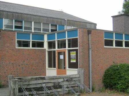 Ondanks de schoolvakantie kan er (gelukkig maar) gebruik worden gemaakt van het sportgebouw aan de Oosterweg. Je wilt als sporter toch wel graag kunnen verkleden en douchen...