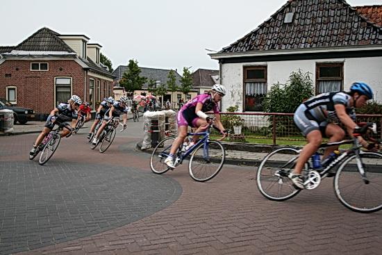 Wedstrijdbeeld uit de 3e Ronde van Noordhorn, 2008. Het hoofdnummer, de vrouwen, vanuit de Langestraat de Oosterweg indraaiend.