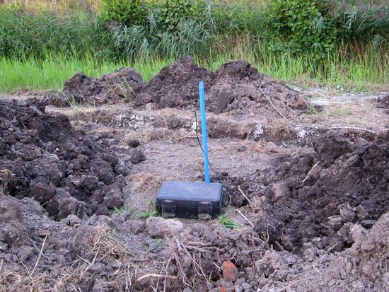 """Bij het dorp wordt nog volop gewerkt aan het verleggen van de kabels. (Daarover later meer aan de hand van de foto's van Frits Mesker). Als je niet beter wist, zou je hier aan de Mokkenburgweg zeggen: """"Hm, verdacht koffertje..."""""""