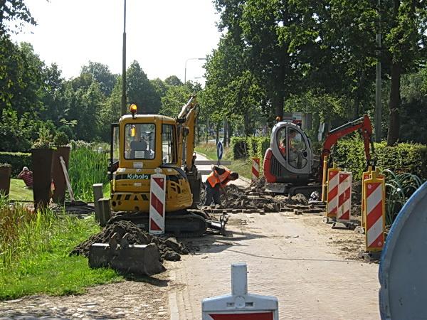 Vanmorgen,  op weg naar Poiesz om mijn twee fietstassen met boodschappen te vullen, bleek de parallelweg naast de N355 te zijn afgesloten. Dan maar naar de overkant.... Hé, kijk, helemaal links! Wie kiekt daar om een hoekje??? Collegakieker Jan Thijs de Haan!