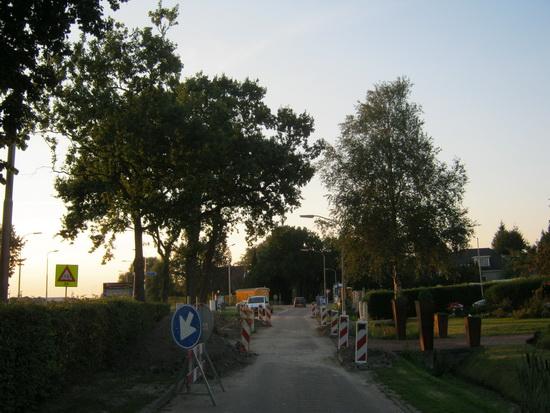 De parallelweg langs de N355 is weer open, maar passeren is er op dit gedeelte niet bij.  Opvallend hoeveel verkeer er over deze parallelweg gaat....