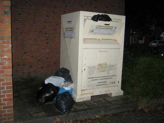 Slotakkoord... Een veel te volle Humana-kledingbox, waar vervolgens allerlei plastic zakken met onduidelijke inhoud naast worden gezet. Gulle gevers die toch vervuilend werken.... Wie maant Humana tot spoed???!
