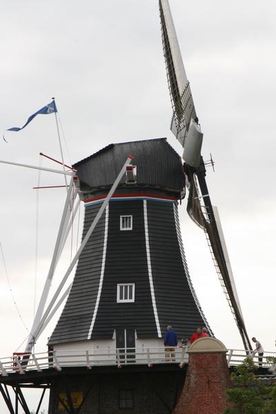 """""""Fortuna"""" in al zijn glorie, inclusief blauwe wimpel: """"De molen staat open voor het publiek!"""""""