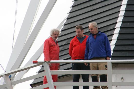 Soms dwaalt de aandacht van het trio toezichthouders af naar de staat van de molen (die overigens een grondige opknapbeurt ondergaat). Vervelend plekje aan het hekwerk....