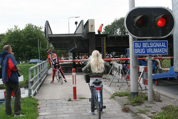 """Intussen is de """"Diva"""" aan de westkant van de brug tevoorschijn gekomen, komt er een eind aan het wachten...."""