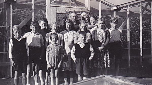 Arie Schelling met broers en zussen tijdens de vakantie in 1948 voor de kassen van Klaas van Dijk en zijn vrouw, Noordwijkweg.