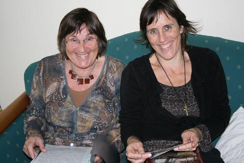 Moeder Adrie en dochter Anita Schelling in Noordhorn op de bank. Zij vertelden het verhaal over man en vader Arie Schelling.