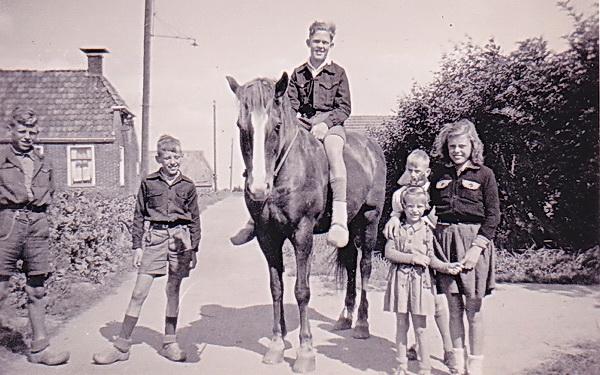 1945 of 1948???!! Auke van Dijk, kwekerszoon, op het paard van zijn vader. Links de broers Loet en Arie Schelling. Arie werd in maart 1945 ondergebracht bij de familie Veenstra, LOet was toen al in Westerbroek. Na de oorlog kwamen ze nog regelmatig in vakanties naar Noordhorn, o.a. op de kwekerij van Van Dijk.