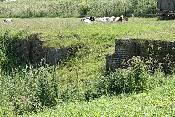 De resten van de oude spoorbrug over de Schipsloot. Aflopende zaak?