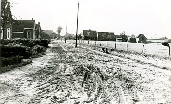 De tweede foto van het Hamsterpad, iets ouder dan de voorafgaande. Hier nog geen stratenmakers, wel twee kinderen rechts in de greppel. En oude lantaarnpalen....