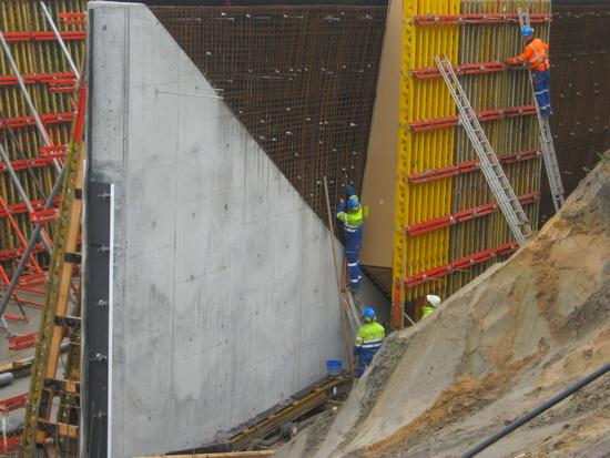 De uitdaging: De overgang van recht naar scheef bij moot 6 van de tunnel... Nog niet ver genoeg voor de betonstort...
