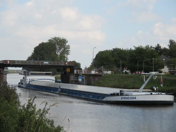 De SYRACUSA passeert de tafelbrug tussen Noord- en Zuidhorn: 110 meter lang, 11.45 meter breed, tonnage: 3237