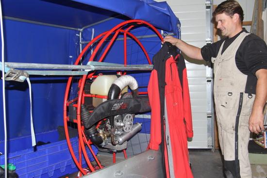 De aanhanger met de motor in zijn kooi; Jozua 'showt'  zijn overall