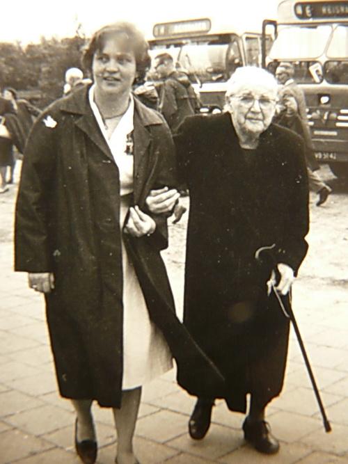 twee vrouwen bij bejaardenreisje o i d  (2) verkl