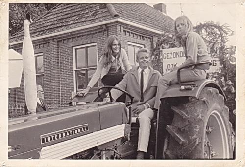 Links van de bestuurder, Elly van der Veen in haar jongere jaren, voor de Nutskleuterschool.