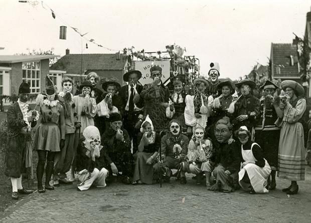 SchoolfeestNoordhorn1956 web VerkledegroepbijNieuweSchool