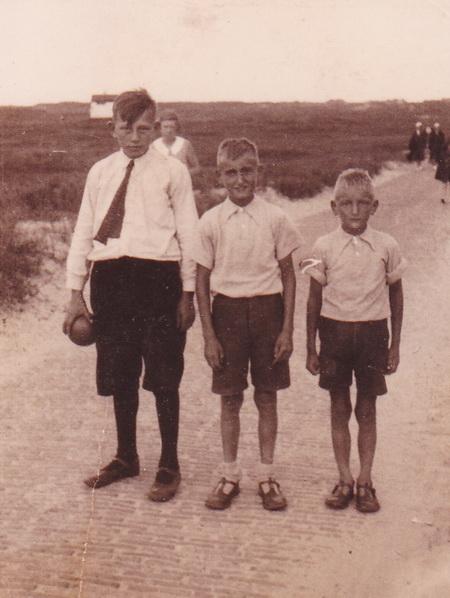 De opgroeiende Feike Zuidema met de broertjes Burgler, Jan Willem en Melis.