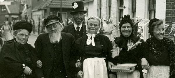 SchoolfeestNoordhorn1956VerkledeGroepNieuwstraatuitvergroot crop web